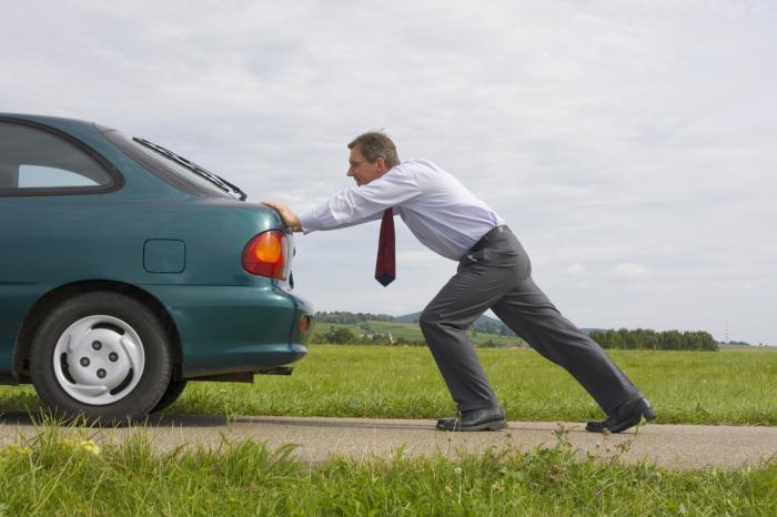 сел аккумулятор мужик толкает автомобиль, сел аккумулятор