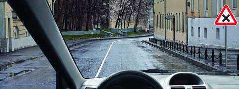 Должны уступить дорогу только транспортным средствам, приближающимся справа.
