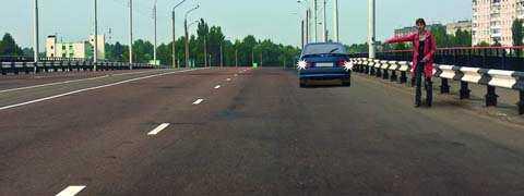 Разрешено ли водителю подъехать задним ходом к пассажиру, стоящему на мосту?