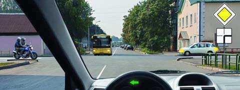 Вы намерены повернуть налево. Кому следует уступить дорогу?