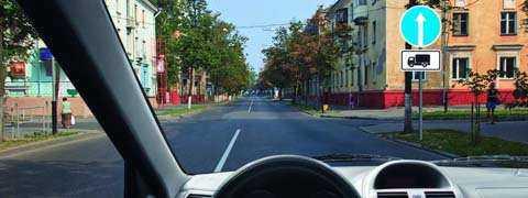 В каких направлениях Вам разрешено продолжить движение на грузовом автомобиле с разрешенной максимальной массой 3 т?