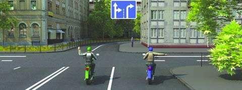 Такой сигнал рукой, подаваемый мотоциклистом, движущимся по второй полосе информирует: