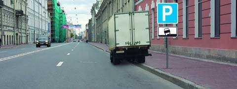 Разрешено ли водителю поставить грузовой автомобиль на стоянку в этом месте указанным способом?